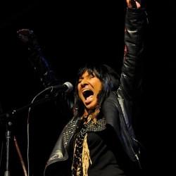 Kansalaisaktivisti ja folklaulaja Buffy Sainte-Marie saapuu Suomeen