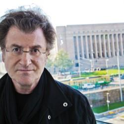 Sotia ja kriisejä teoksissaan käsittelevä Alfredo Jaar keväällä 2014 Kiasmaan