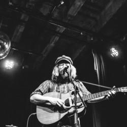 Nousussa oleva australialainen folk-poppari Stu Larsen saapuu Bar Looseen