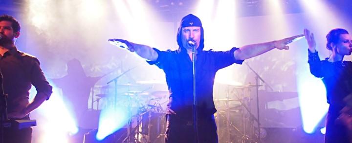 """""""No siegheiling, Peace!"""" – Totinen ja kujeileva kulttisuosikki Laibach ei jättänyt kylmäksi"""