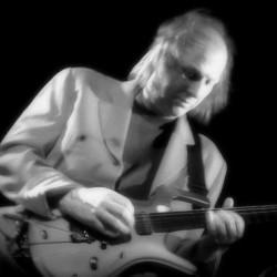 King Crimsonista tuttu kitaristi Andrew Belew soolokeikalle Tavastialle