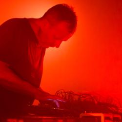 Drew McDowall esittää Coilin Time Machines -albumin Ääniwallissa