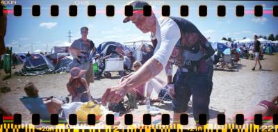 Ruotsalainen Oscar valmistaa muille festivaalivieraille aamiaiseksi vohveleita, koska vohvelit ovat hänen bravuurinsa.