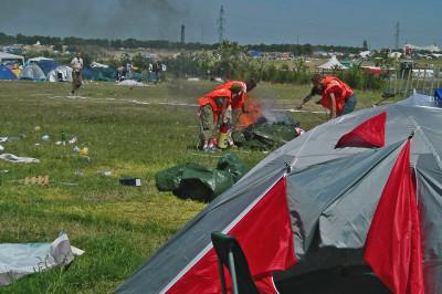 Tästä näystä on aikaa. Talkoolaiset sammuttamassa palavaa telttaa vuonna 2006.