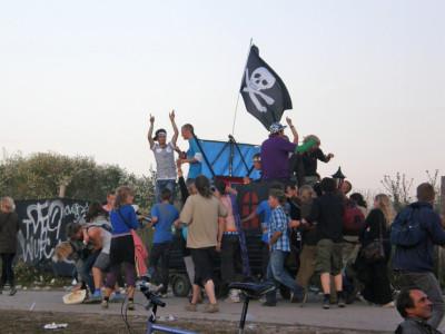Toinen esimerkki festivaalistereosta vuodelta 2009: liikuteltavan mallin mukana myös bileet liikkuvat ympäri leirintää.